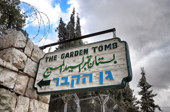 A sign at the entrance of the Garden Tomb.